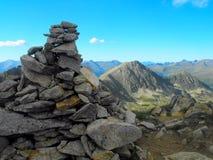 Steinhaufen in den Bergen von Besiberri-Gebirgsmassiv Lizenzfreie Stockbilder