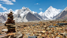 Steinhaufen in den Karakorum-Bergen, Pakistan lizenzfreie stockbilder