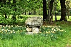 Steinhaufen, der ein pasteur in Groton, Massachusetts, Vereinigte Staaten angrenzt stockbilder