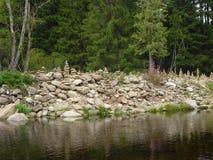 Steinhaufen nahe einem Fluss Lizenzfreie Stockfotografie