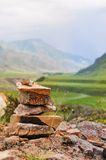 Steinhaufen oder Felsenstapel auf die Oberseite von Bergunterlassungsloch in den Hochländern von Altai, Sibirien Stockfotografie