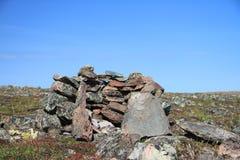 Steinhaufen- oder Fleischpufferspeicherstruktur nahe Bäcker Lake, Nunavut Lizenzfreies Stockfoto