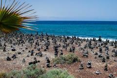 Steinhaufenfelsenkiesel auf Teneriffa setzen bei Costa Adeje, Adeje, Kanarische Inseln Teneriffas auf den Strand Stockbild