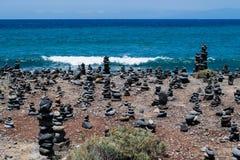 Steinhaufenfelsenkiesel auf Teneriffa setzen bei Costa Adeje, Adeje, Kanarische Inseln Teneriffas, Spanien auf den Strand Stockbild