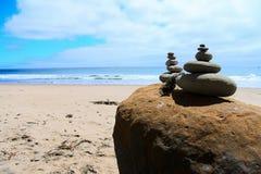 Steinhaufensteine balanciert vor Ozean Stockbild