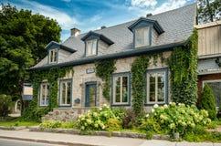 Steinhaus mit Blumen Stockfotografie