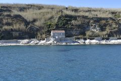 Steinhaus nahe dem Meer stockfotografie