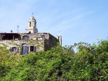 Steinhaus und Glockenturm Stockfoto
