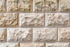 Steinhintergrund, Sandwand-Musterbeschaffenheit Gelbe Natursteinfassade, Wandfliesen Stockbild