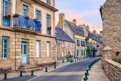 Steinhäuser auf einer Straße in Roscoff, Bretagne, Frankreich Stockfotos