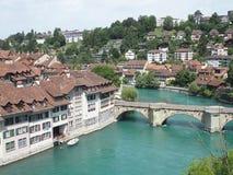Steinige Brücke über sauberem alpinem Aare-Fluss in der Stadt von Bern Stockbild