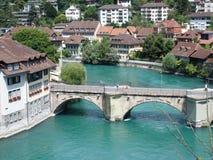 Steinige Brücke über sauberem alpinem Aare-Fluss in der Stadt von Bern Lizenzfreie Stockfotos