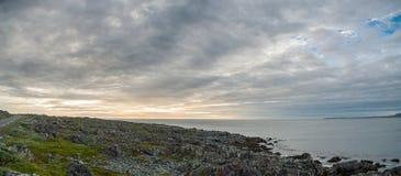 Steinige Küste des Barentssees, Finnmark, Norwegen Stockbild