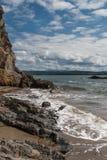 Steinige Küste des Meeres Lizenzfreie Stockfotografie