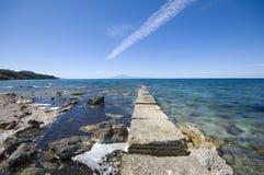 Steinige Küste von Meer Lizenzfreie Stockfotografie