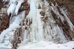 Steiniger Abbruch fällt Eis-Wand lizenzfreie stockfotografie