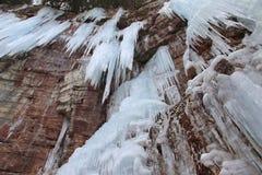 Steiniger Abbruch fällt Eiszapfen-Klippen stockfotografie