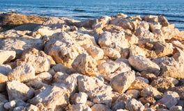Steiniger Seeuferhintergrund Lizenzfreies Stockbild