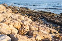 Steiniger Seeuferhintergrund Lizenzfreies Stockfoto