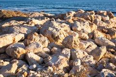 Steiniger Seeuferhintergrund Lizenzfreie Stockfotografie