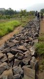 Steiniger Weg an den hügeligen Bereichen stockbild