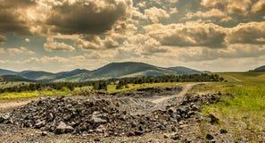 Steiniger Weg zu den Bergen Stockfoto