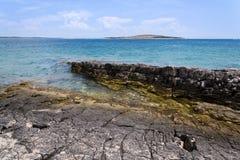 Steiniges Ufer auf Kamenjak-Halbinsel, adriatisches Meer, Premantura, Kroatien Lizenzfreies Stockbild