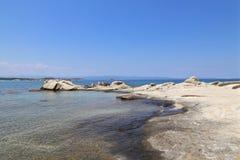 Steiniges Ufer des Meeres Lizenzfreie Stockbilder