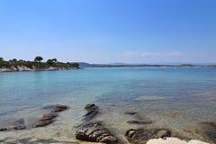 Steiniges Ufer des Meeres Stockfoto