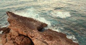 Steininsel im Meer Flug der Kamera zur Insel bei Sonnenuntergang stock video footage