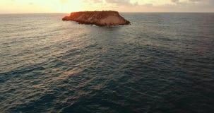 Steininsel mitten in dem Ozean Steinküste, die das Mittelmeer wäscht stock footage