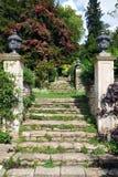Steinjobsteps in einem formalen Garten Stockfotos
