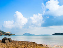 Steinküste auf dem Meer Stockbild