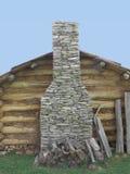 Steinkamin auf Wand des Blockhauses Stockbild