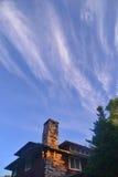 Steinkamin gegen blauen Himmel mit wispy Wolken stockfoto