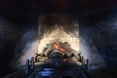 Steinkamin mit künstlichen brennenden Klotz Lizenzfreies Stockbild