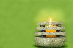 Steinkerze auf Grün Lizenzfreies Stockfoto