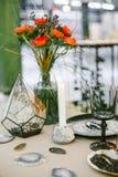Steinkerzenständer mit Kerze, Glaspyramide mit Hintergrundbeleuchtung Lizenzfreies Stockbild