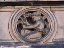Steinkindmotiv auf Gebäude Lizenzfreies Stockbild