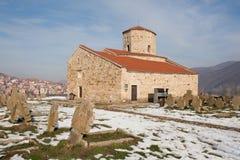Steinkirche mit alten Gräbern stockbild