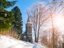 Steinkirche von St Peter und von Paul in Tanvald am sonnigen Wintertag, Tschechische Republik Stockfotografie
