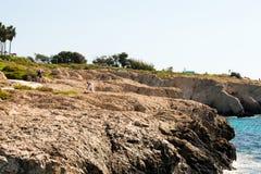 Steinklippe in einem schönen blauen Meer Zypern Lizenzfreie Stockfotos
