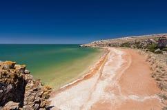 Steinklippen auf der Küste lizenzfreie stockfotos