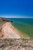 Steinklippen auf der Küste lizenzfreies stockbild