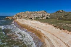 Steinklippen auf der Küste lizenzfreie stockbilder
