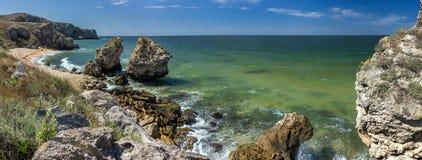 Steinklippen auf der Küste lizenzfreie stockfotografie