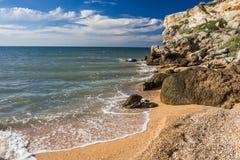 Steinklippen auf der Küste und dem blauen Himmel lizenzfreie stockbilder