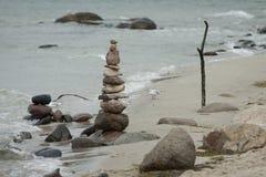 Steinkontrollturm auf dem Strand Stockfoto