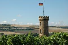 Steinkontrollturm und Felder Lizenzfreies Stockfoto