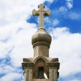 Steinkreuz auf Himmelhintergrund Lizenzfreies Stockfoto